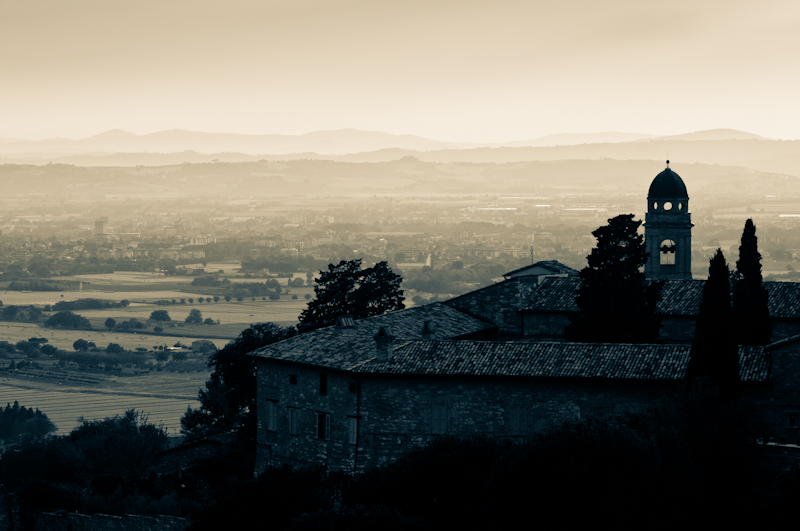 Sunset over Assisi - a greyscale landscape/cityscape photo from Italy by Kimmo Savolainen Photography.